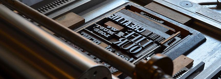 چاپ اولیه ابداع شده توسط گوتنبرگ دارای کیفیتی پایین بود که رفته رفته و با گذشت زمان به تکامل رسید.