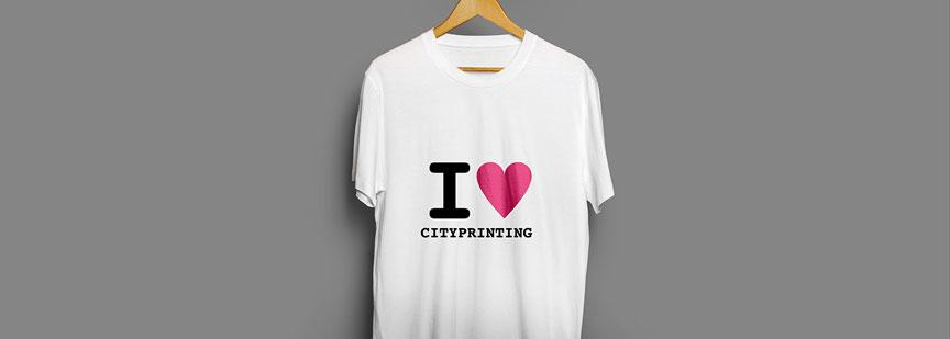 برای چاپ طرح روی لباسها و تیشرتها معمولا از روشی به نام چاپ سیلک اسکرین استفاده میشود.