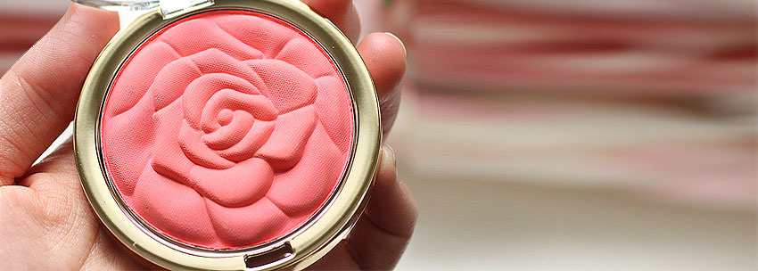 در لوازم آرایش رژگونهی پودری برای تمام انواع پوست به جز خشک مناسب است.